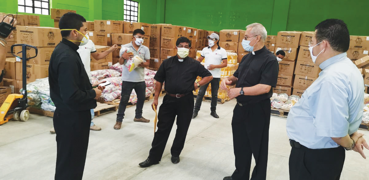 Bishop Sagastume and Father Raúl Monterrosso worked with parishes throughout the Diocese of Santa Rosa de Lima to pack and distribute food hampers for starving families.
