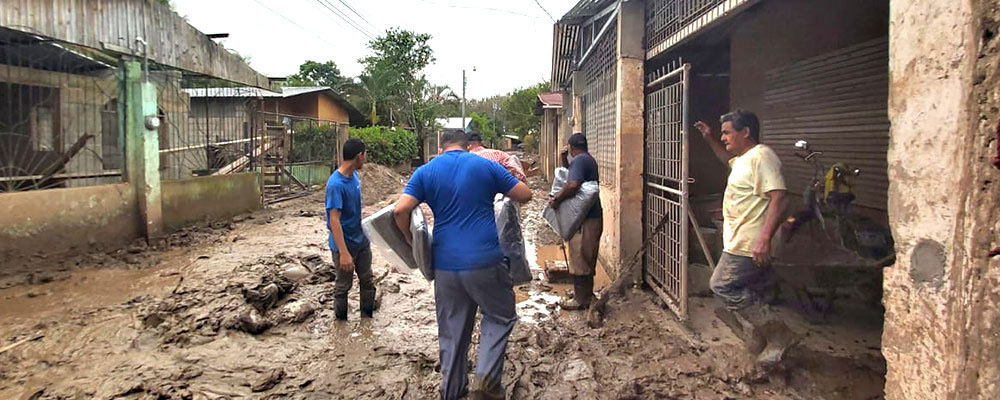 Following Hurricanes Eta and Iota, The Pearl Foundation distributed relief blankets and other supplies to families in Honduras.