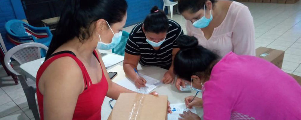 Thanks to our generous donors, Cross Catholic Outreach was able to provide a grant for the Friendly Hand Foundation to deliver relief for families in El Salvador.