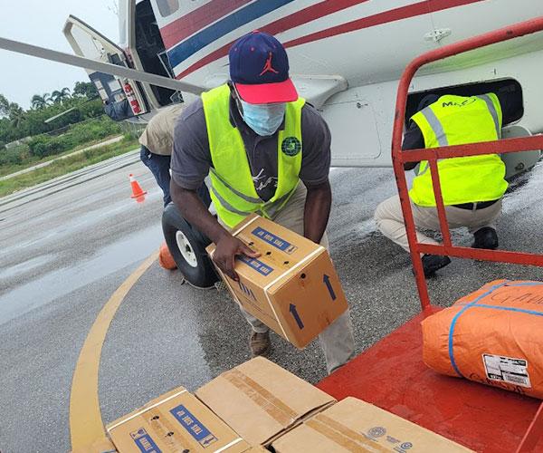 2.400 libras de medicinas e insumos médicos se aerotransportaron