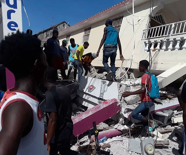 Rescate entre los escombros del terremoto